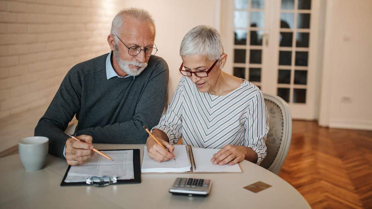 Couple calculating retirement options